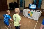 dzieci grające na konsoli